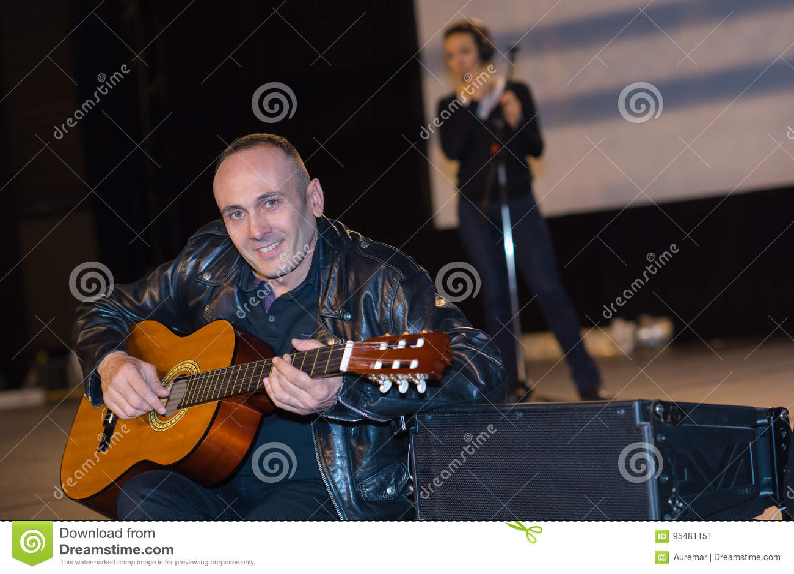 Mężczyzna bawić się gitarę na scenie