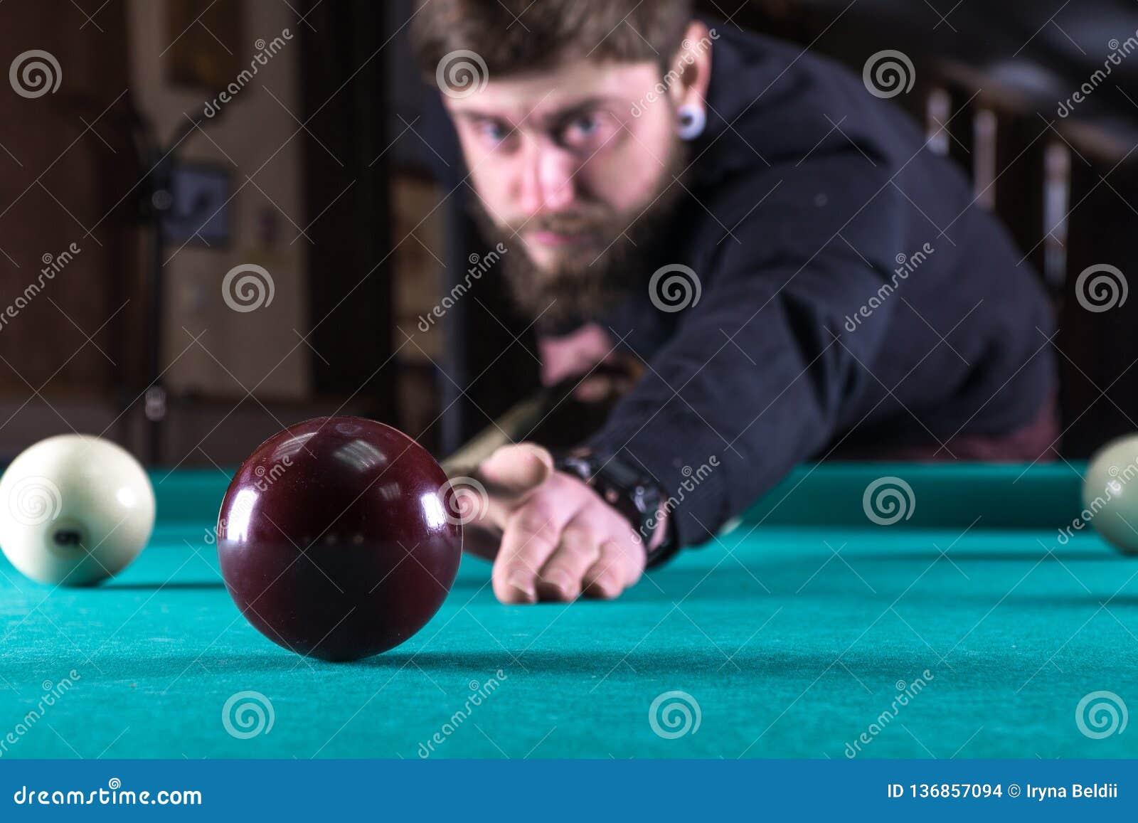 Mężczyzna bawić się grę basen basen zdobywać punkty piłkę