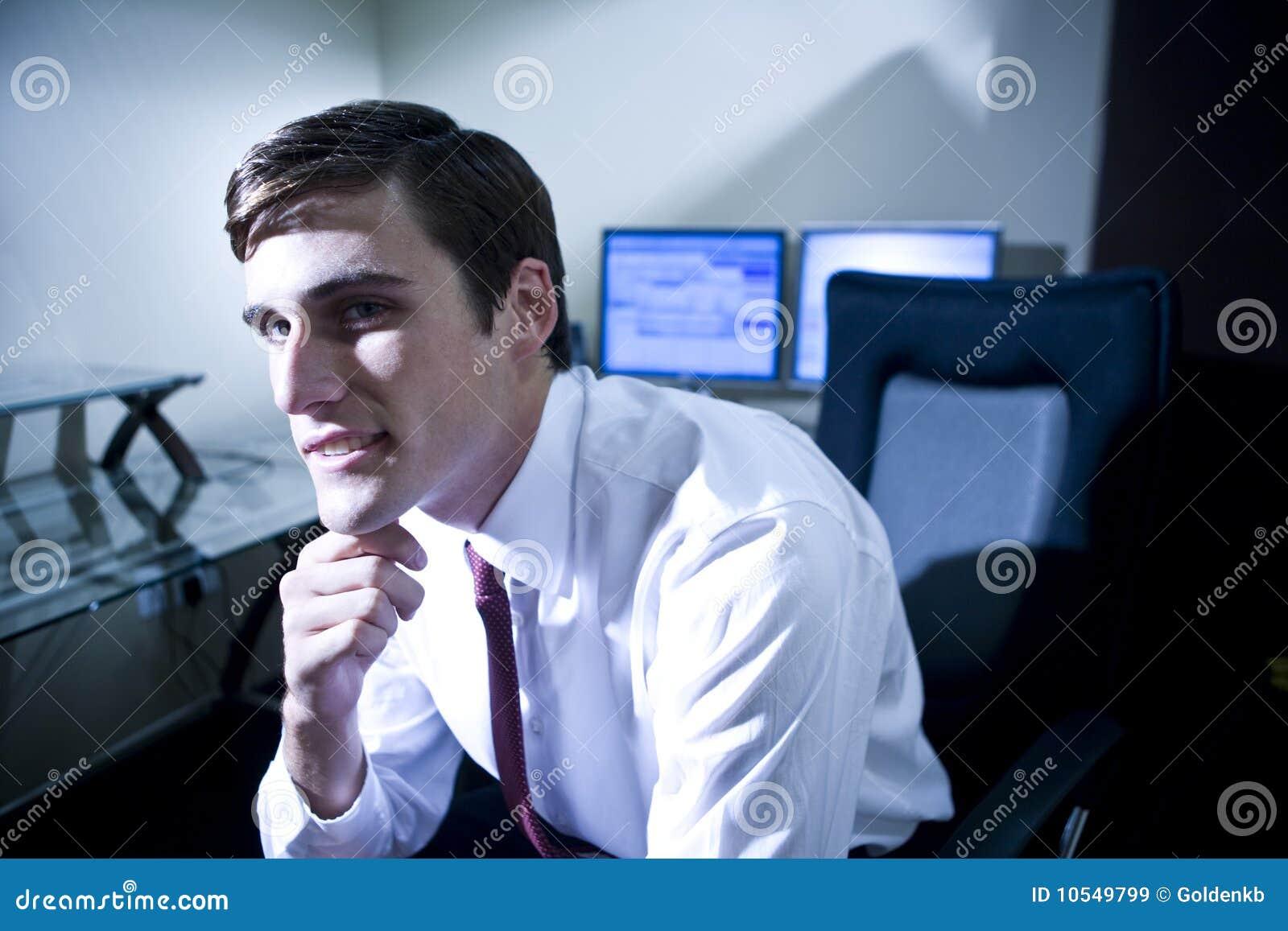 Mężczyzna biura główkowanie