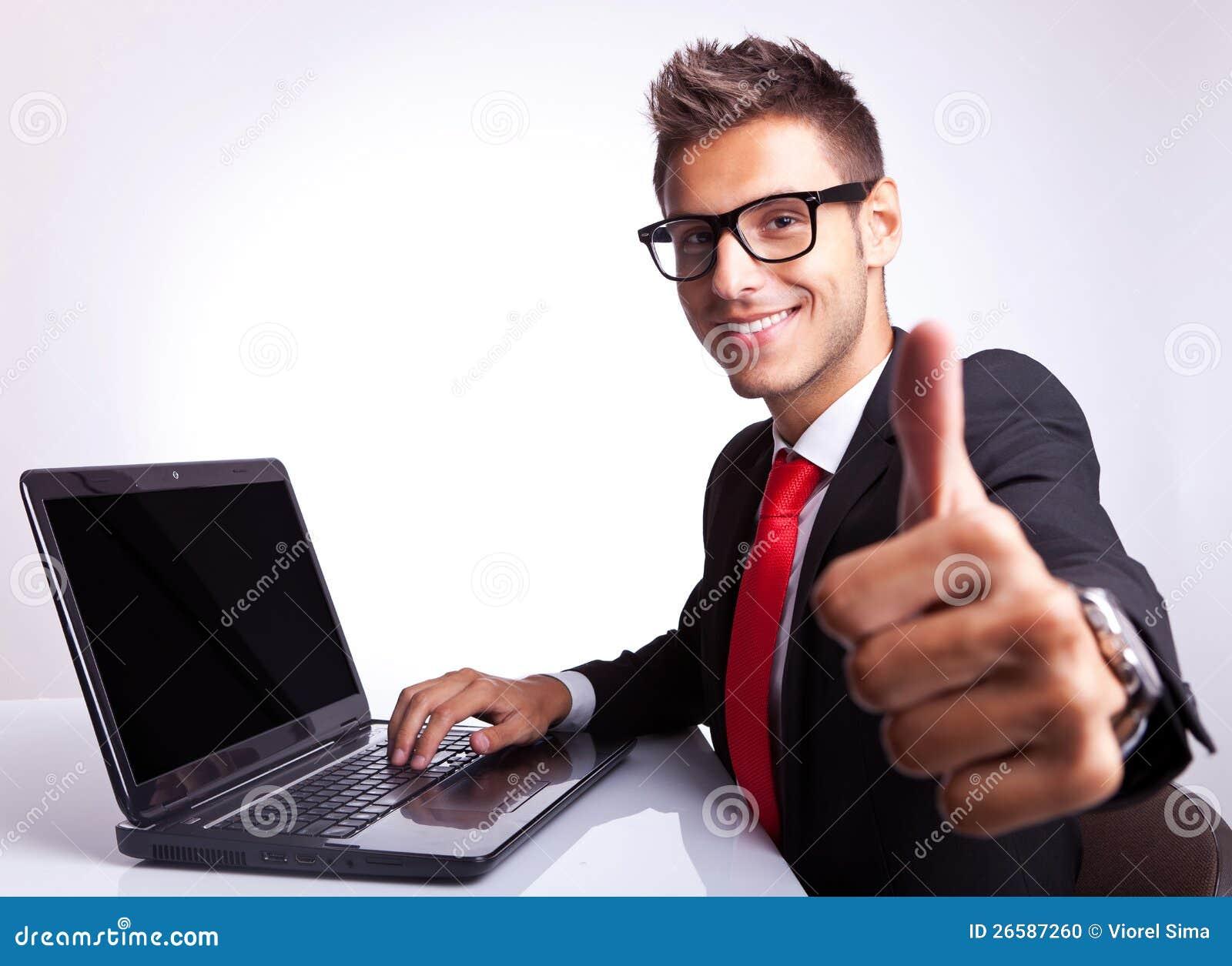 Mężczyzna biznesowy działanie i seans ok