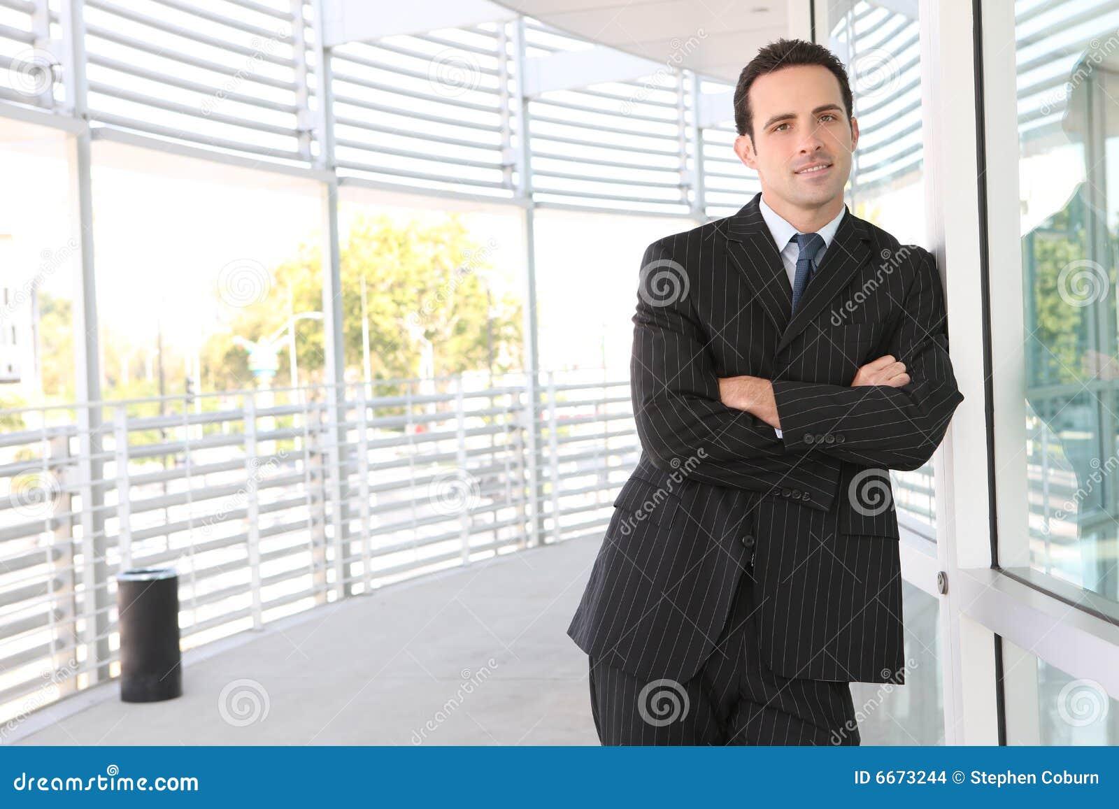 Mężczyzna biznesowy przystojny biuro