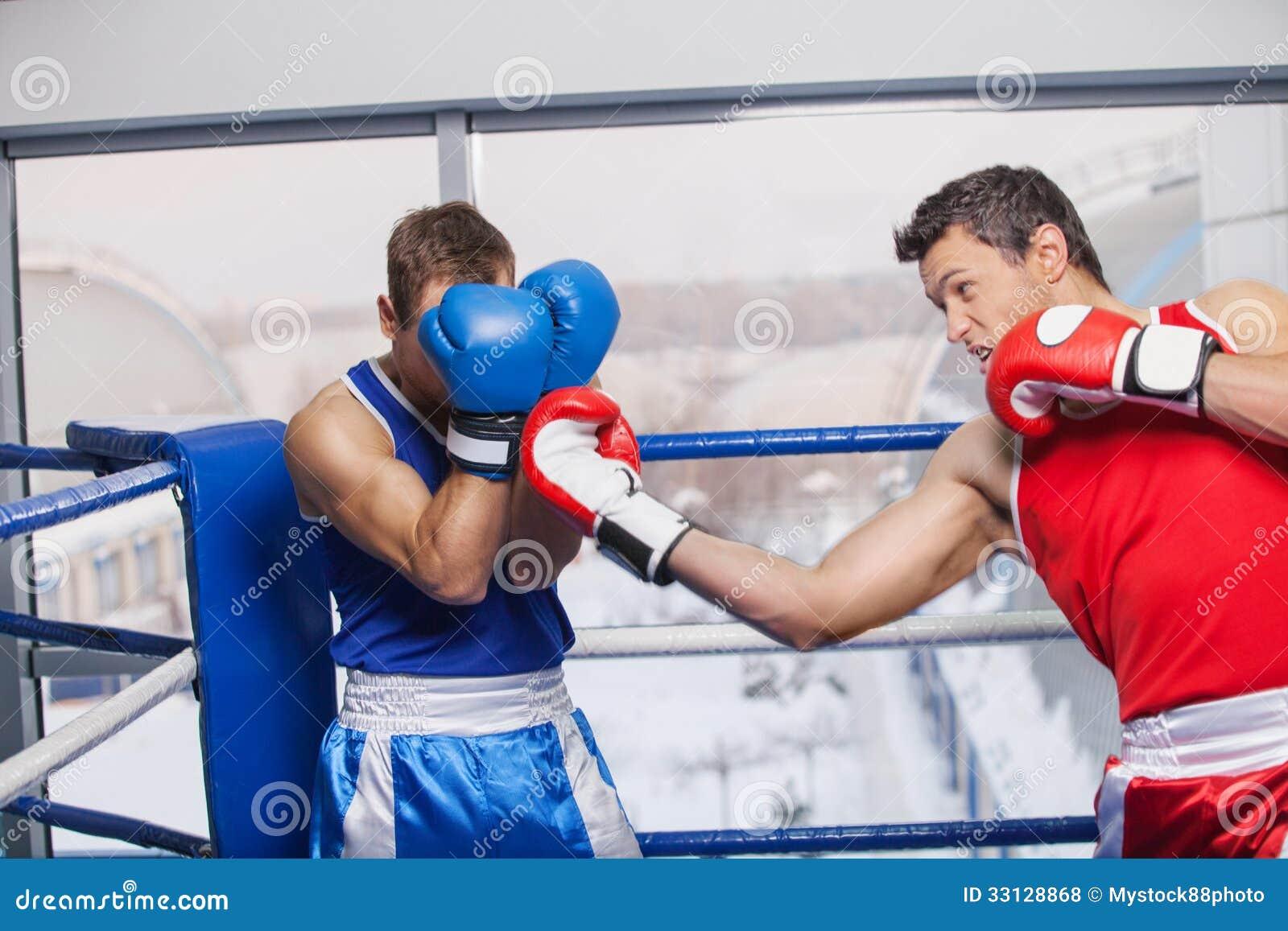 Mężczyzna boksować.