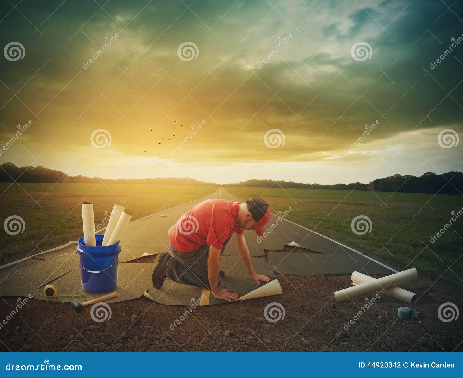 Mężczyzna buduje drogę