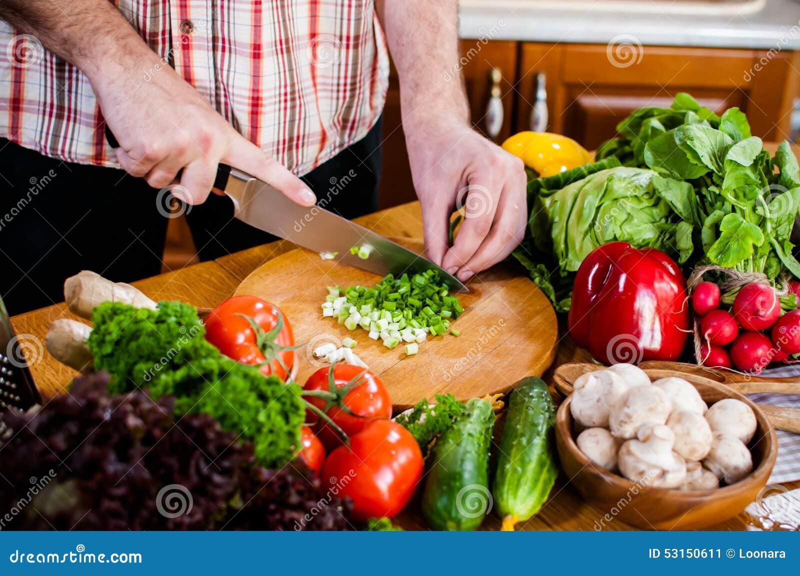 Mężczyzna ciie świeżych wiosen warzywa