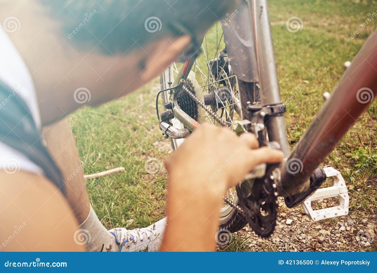 Mężczyzna czeków łańcuch bicykl