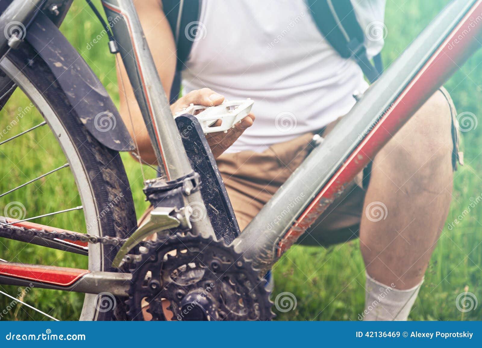 Mężczyzna czeków następ bicykl