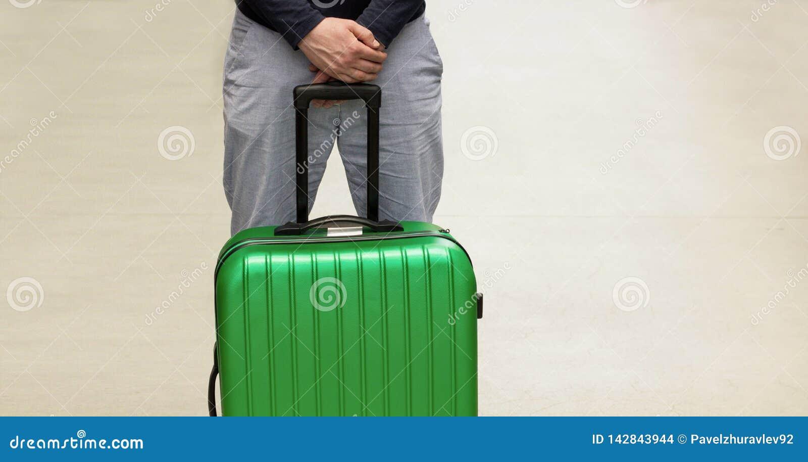 Mężczyzna czekać na deportację przy lotniskiem Deportować cudzoziemski mieszkaniec Ochotniczy odjazd i obowiązkowy dosłanie