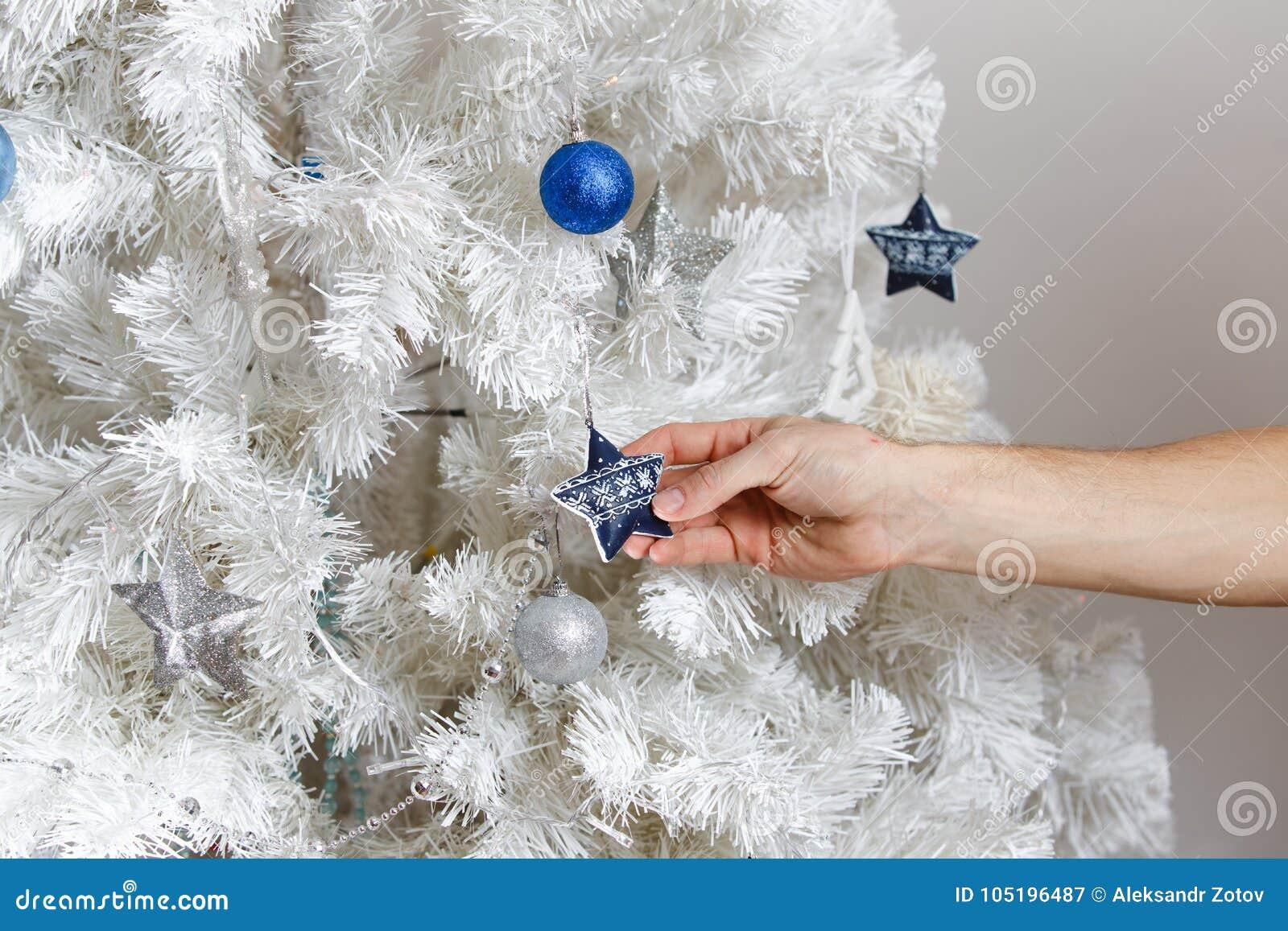 Mężczyzna dekoruje choinki