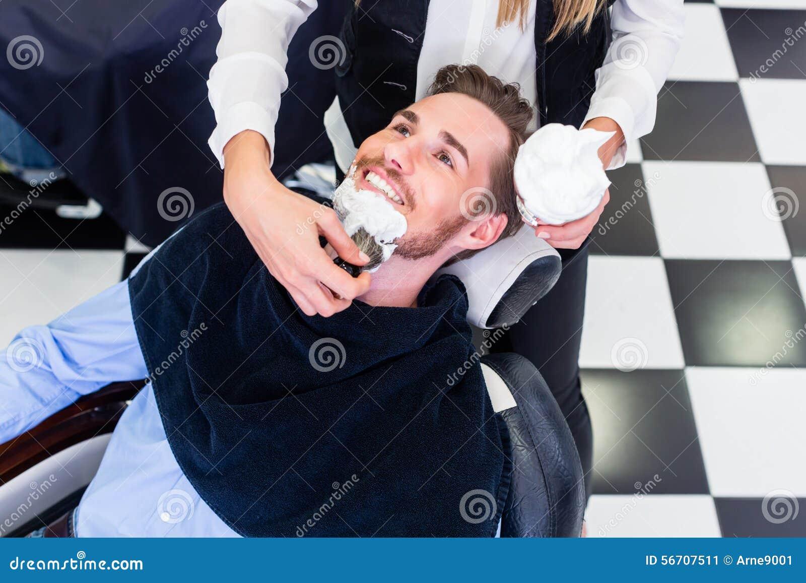 Mężczyzna dostaje brody ogolenie w fryzjera męskiego salonie