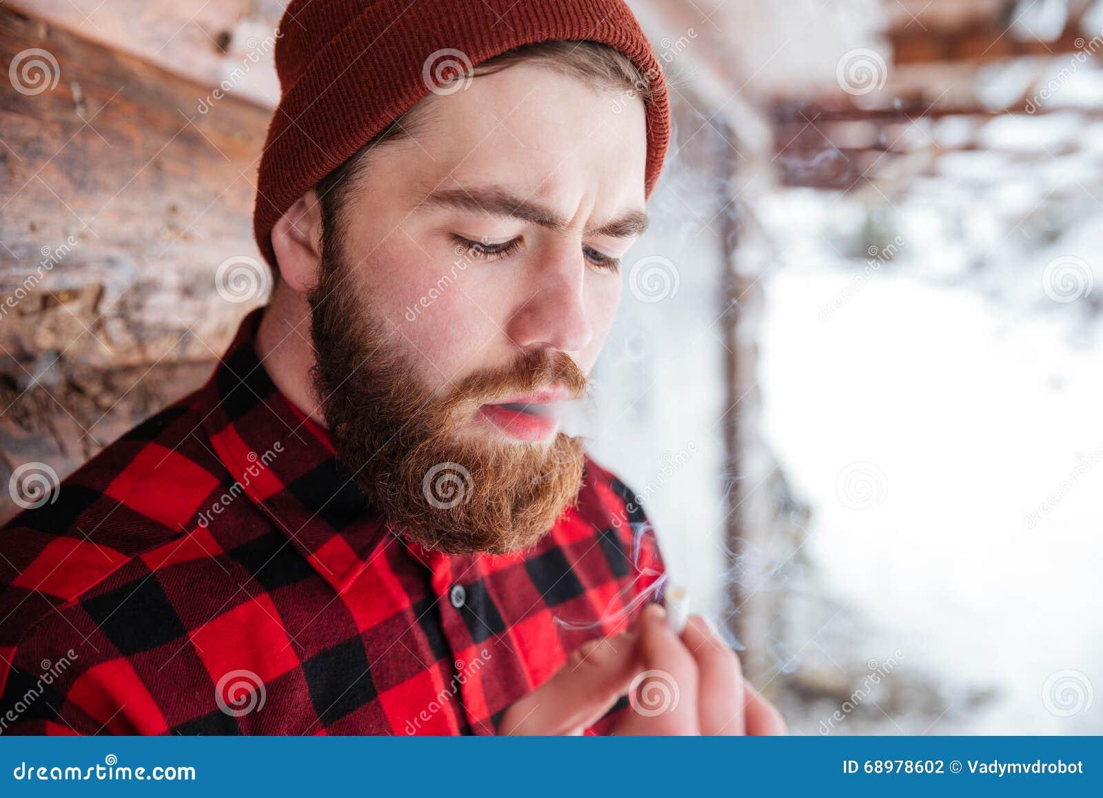 Mężczyzna dymienia papieros outdoors