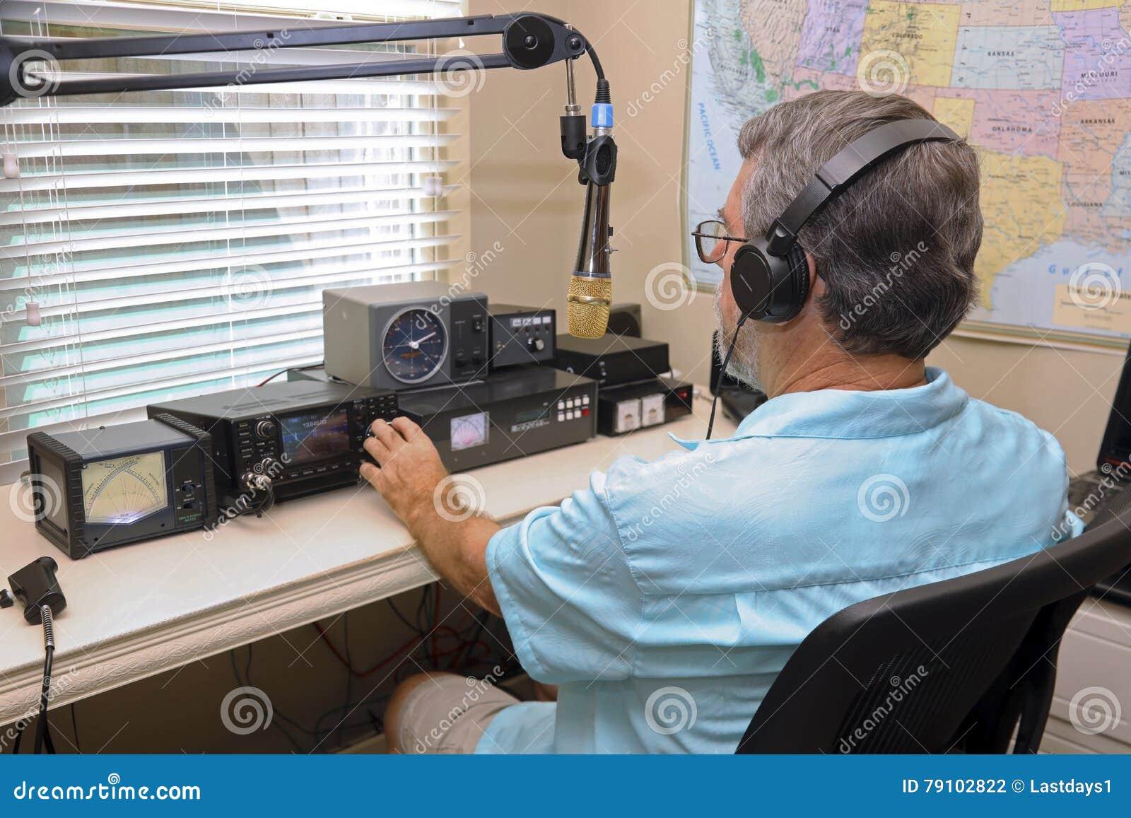Mężczyzna działa radiowego wyposażenie