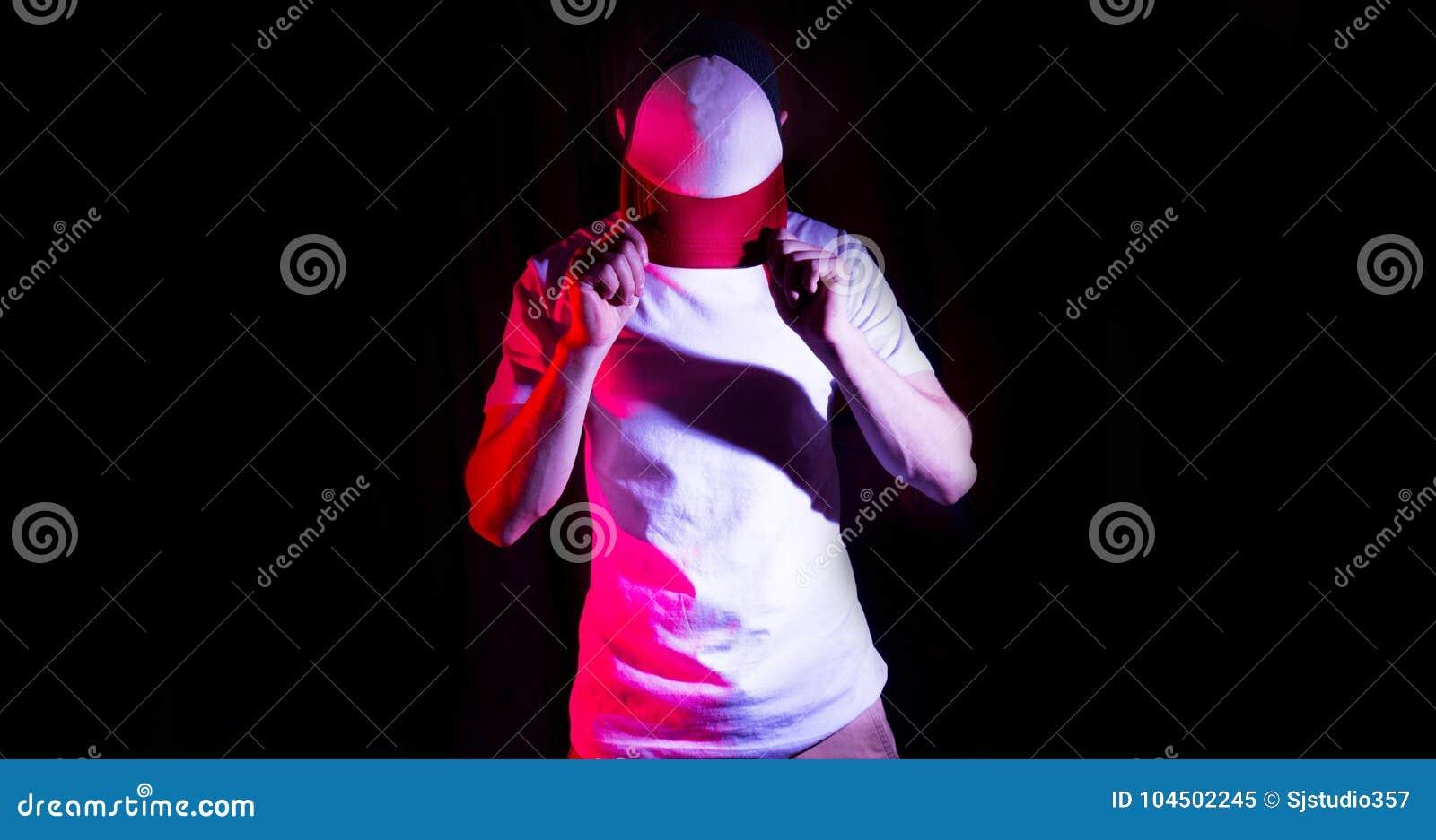 Mężczyzna, facet w pustym bielu, czerwona baseball nakrętka na czarnym tle, egzamin próbny up, bezpłatna przestrzeń, logo prezent