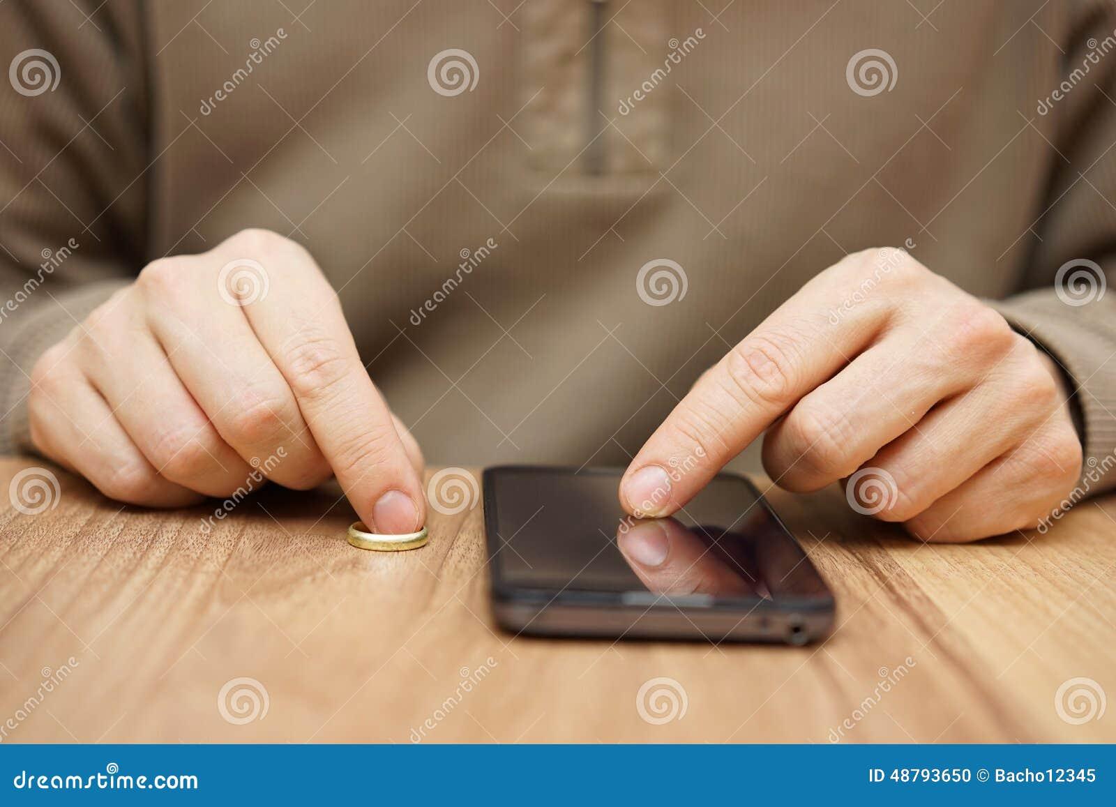 Mężczyzna flirtuje z inną kobietą nad telefonem komórkowym iść na da