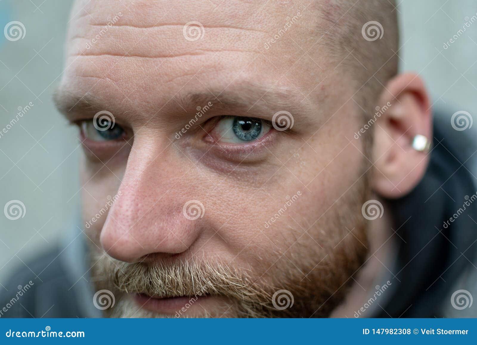 Mężczyzna gapi się przy kamerą