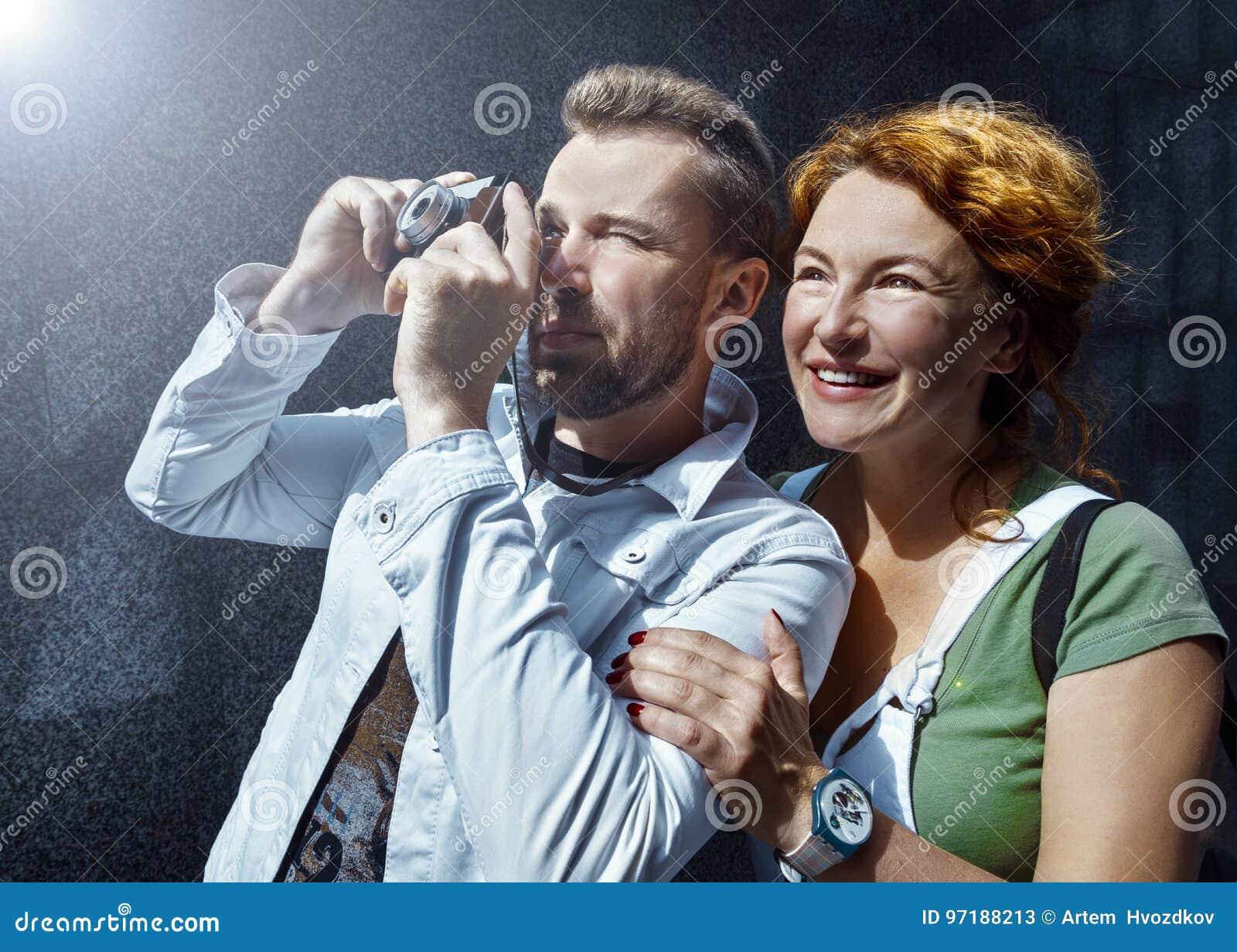 Mężczyzna i kobieta bierze obrazek na rocznik kamerze, dzień, plenerowy