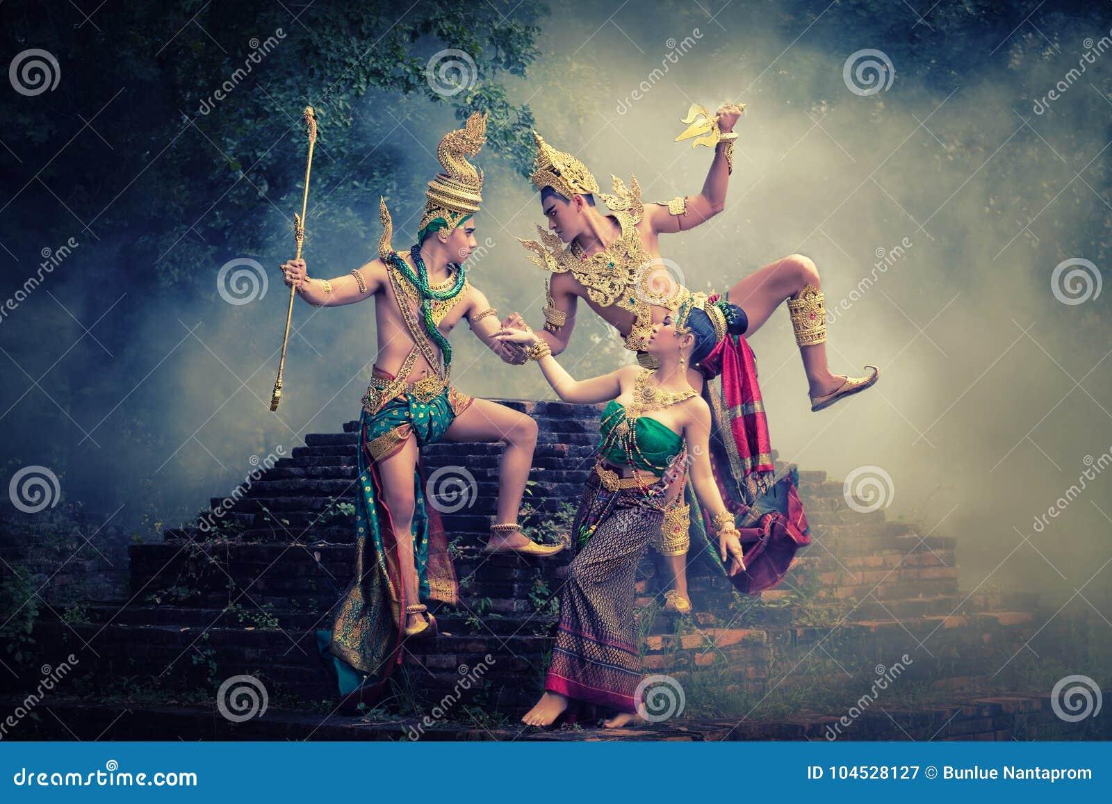 Mężczyzna i kobieta jest ubranym typową tajlandzką suknię z tajlandzkim stylem, piękno