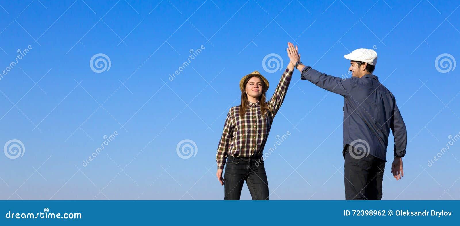 Mężczyzna i kobieta Klascze ręki Each Inny