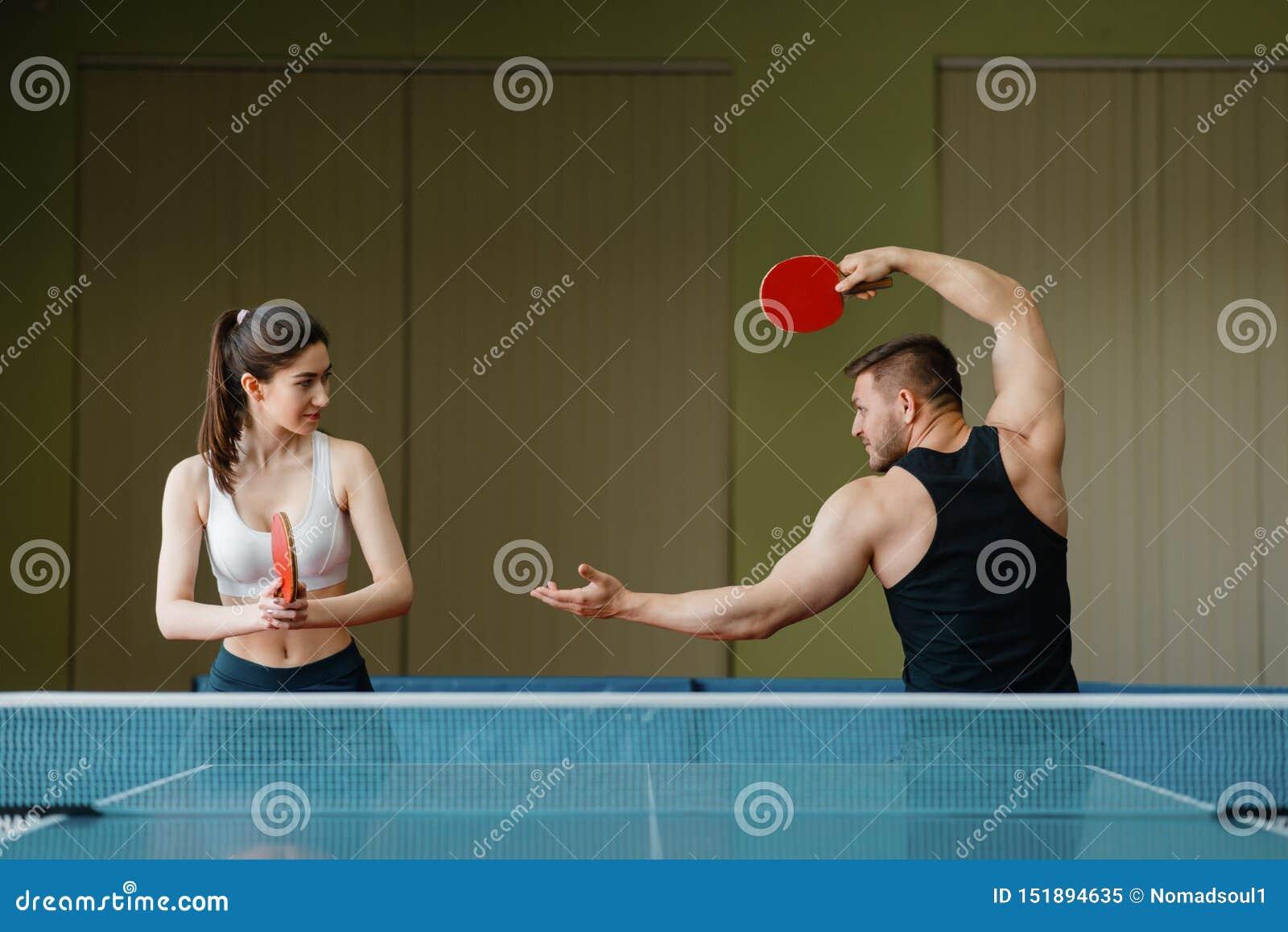 Mężczyzna i kobieta na śwista pong trenuje indoors