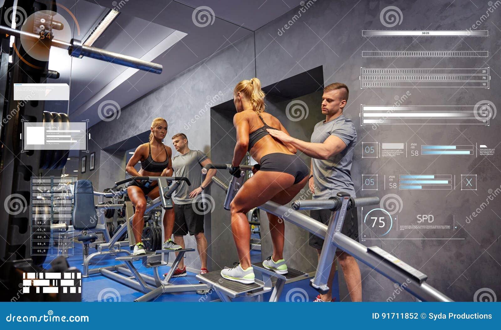 Mężczyzna i kobieta napina mięśnie na gym maszynie