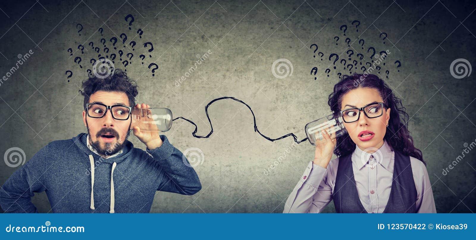 Mężczyzna i kobieta niepokoi komunikację