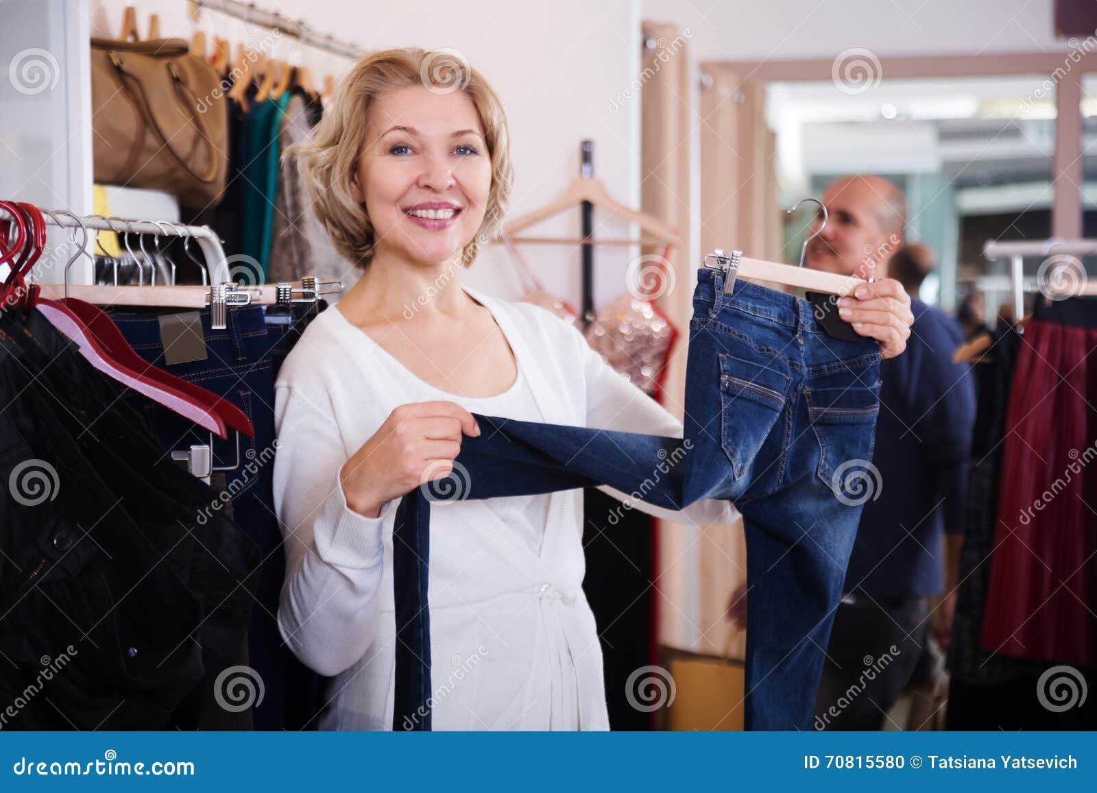 Mężczyzna i kobieta robimy zakupy przy sklepem