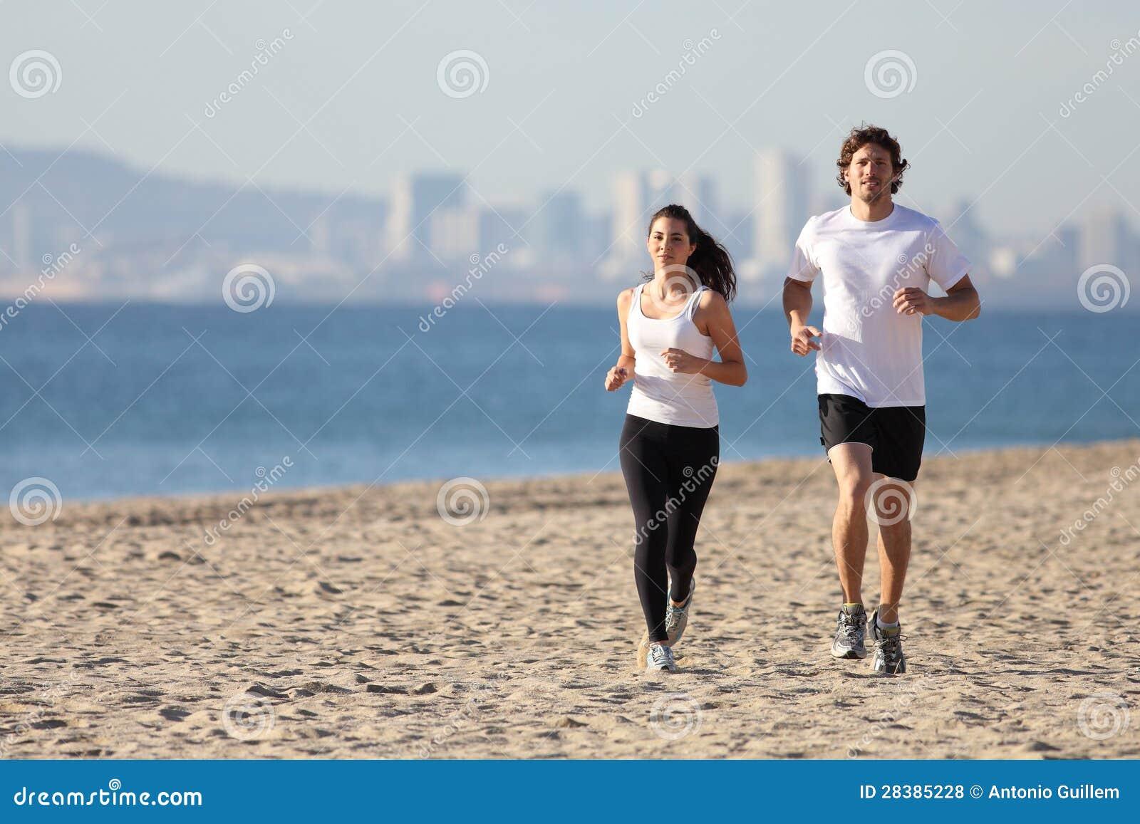 Mężczyzna i kobiety bieg w plaży