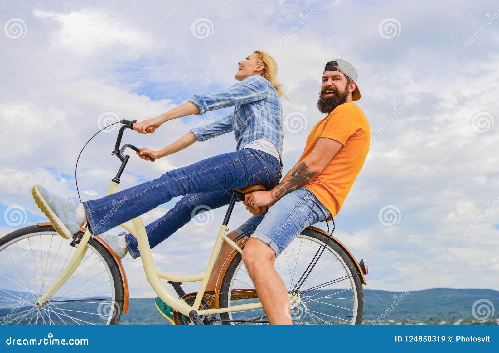 Mężczyzna i kobiety czynszu rower odkrywać miasto jako turystyczny roweru wynajem lub jechać na rowerze dzierżawienie dla krótkic