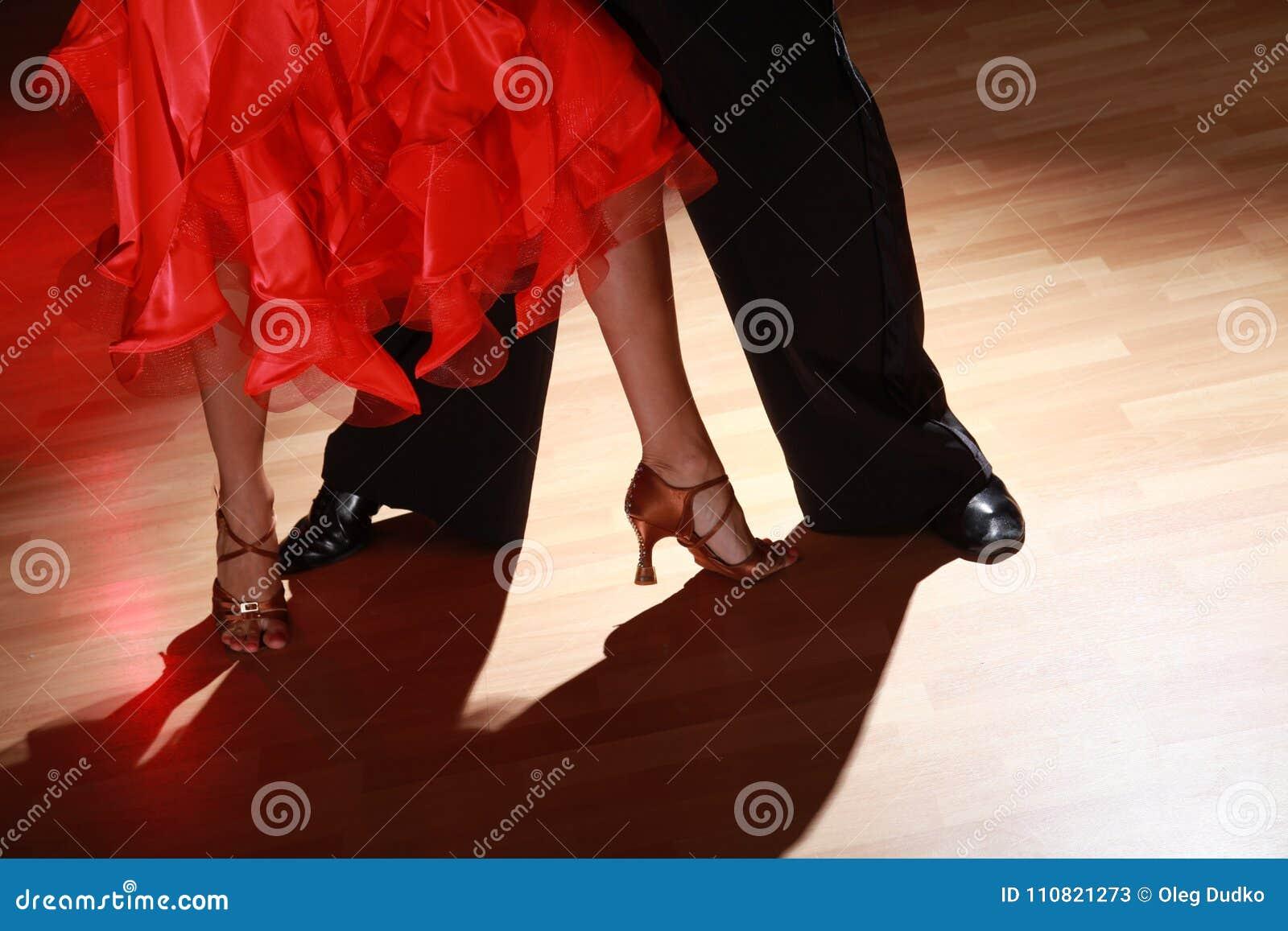 Mężczyzna i kobiety dancingowy salsa na ciemnym tle