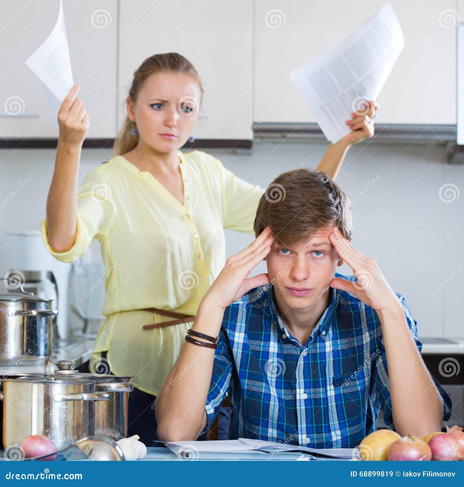 Mężczyzna i sfrustowana gospodyni domowa ma złego argument
