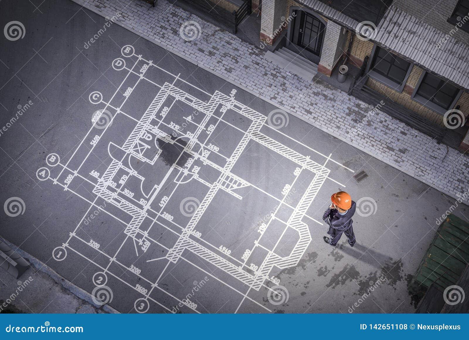 Mężczyzna inżynier myśleć nad jego planem Mieszani środki