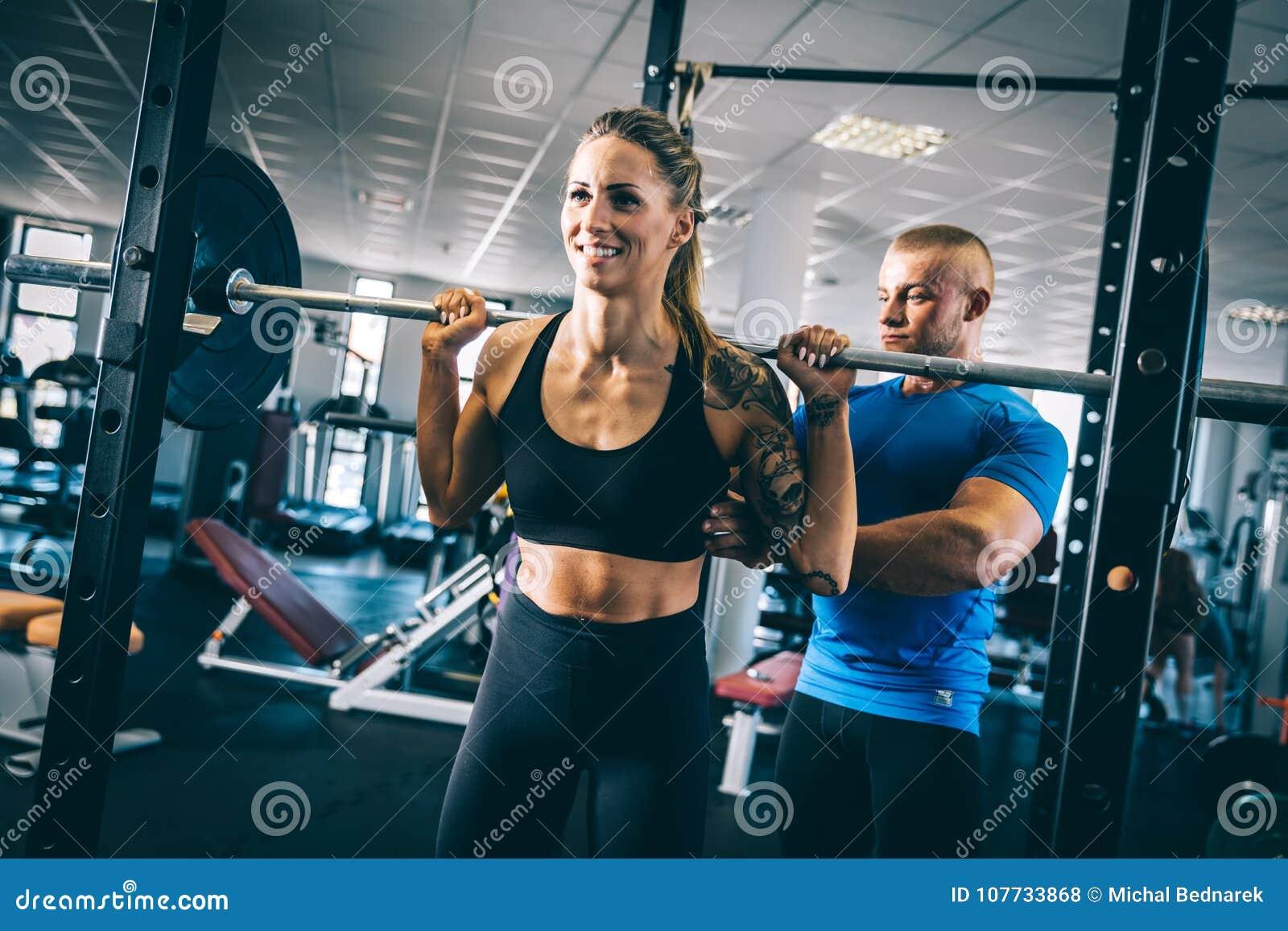 Mężczyzna instruuje kobiety na gym