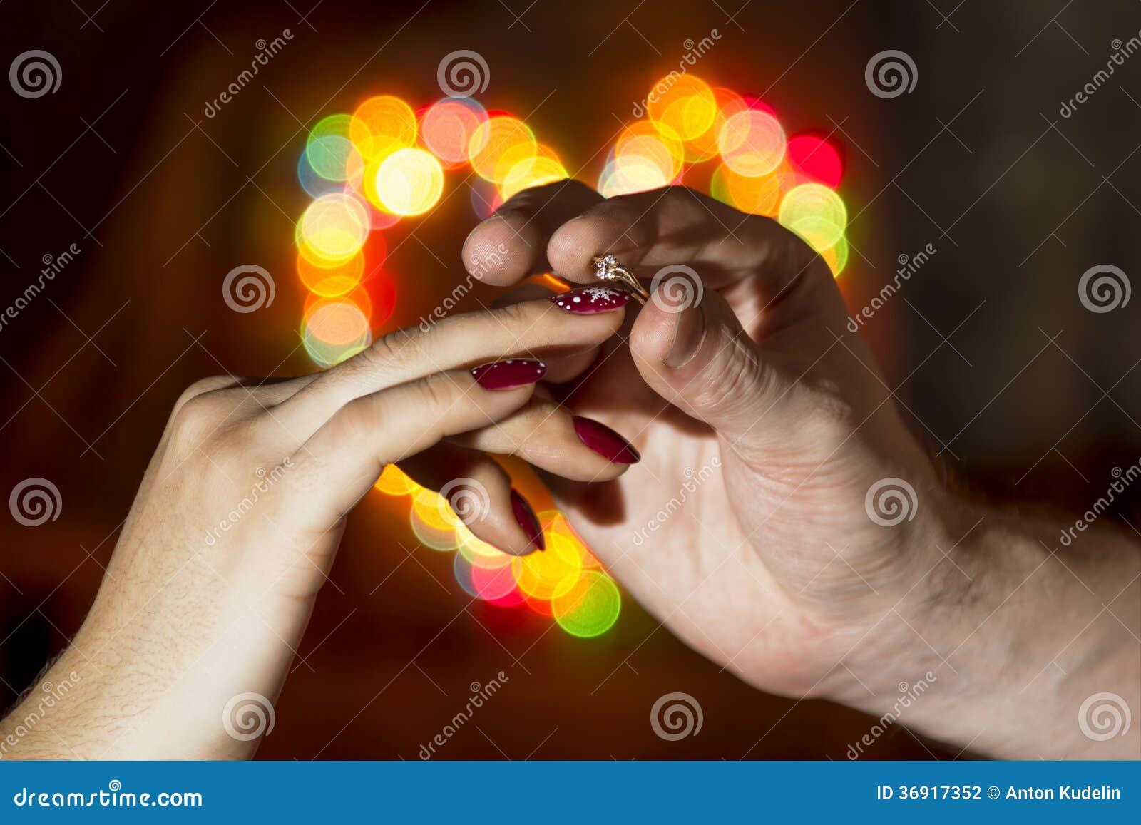Mężczyzna jest ubranym kobiety palcowego pierścionek