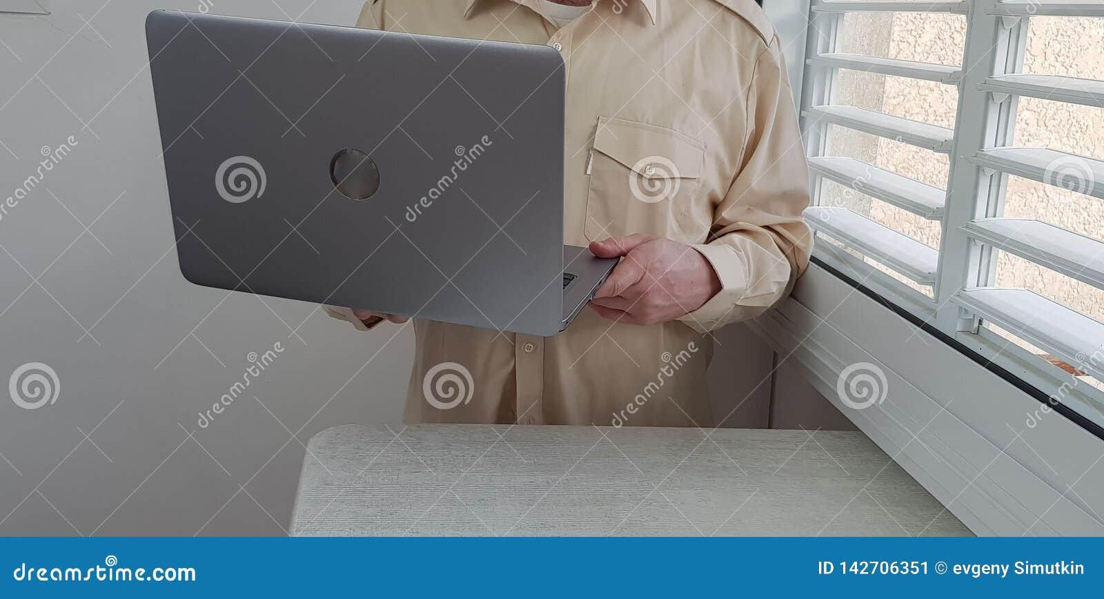 Mężczyzna jest ubranym lekkich barwionych oficjalnych koszula stojaki w kącie