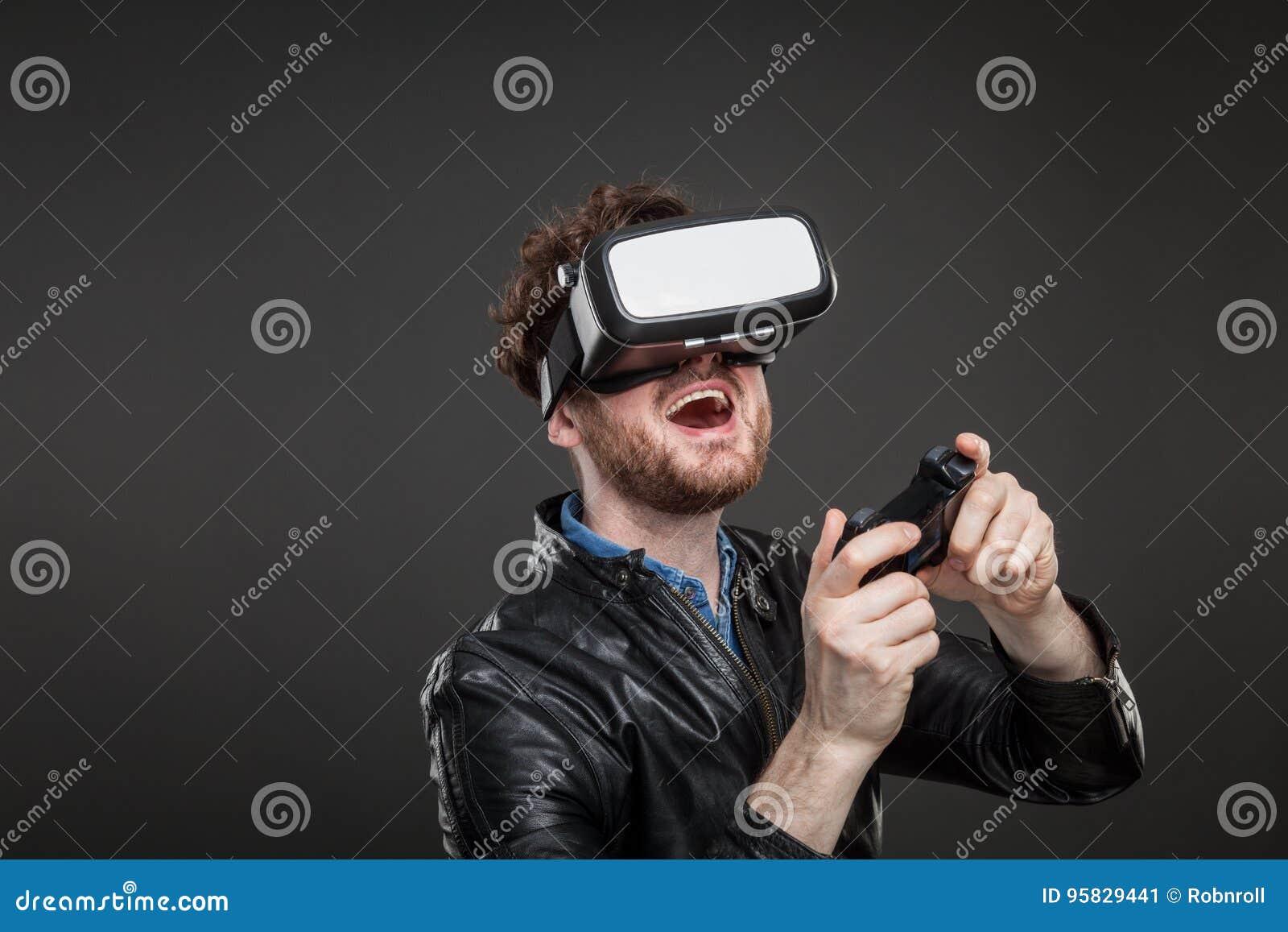 Mężczyzna jest ubranym rzeczywistość wirtualna gogle