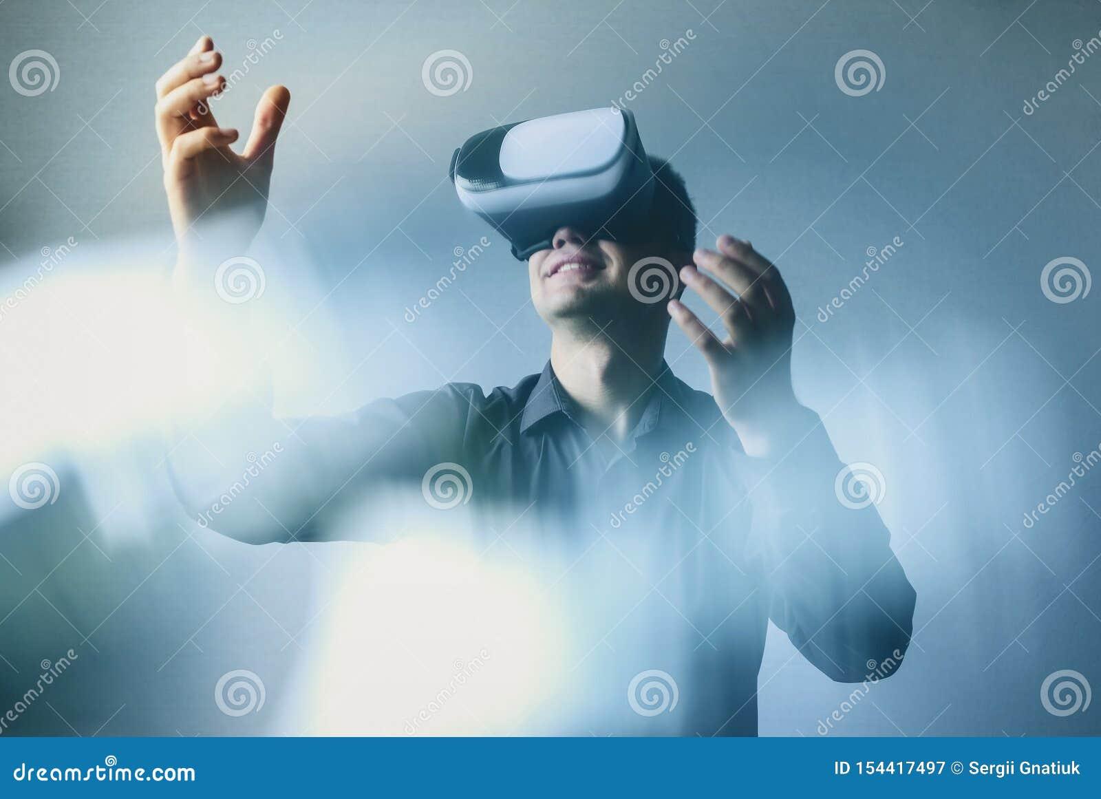 Mężczyzna jest ubranym rzeczywistość wirtualna gogle lub słuchawki