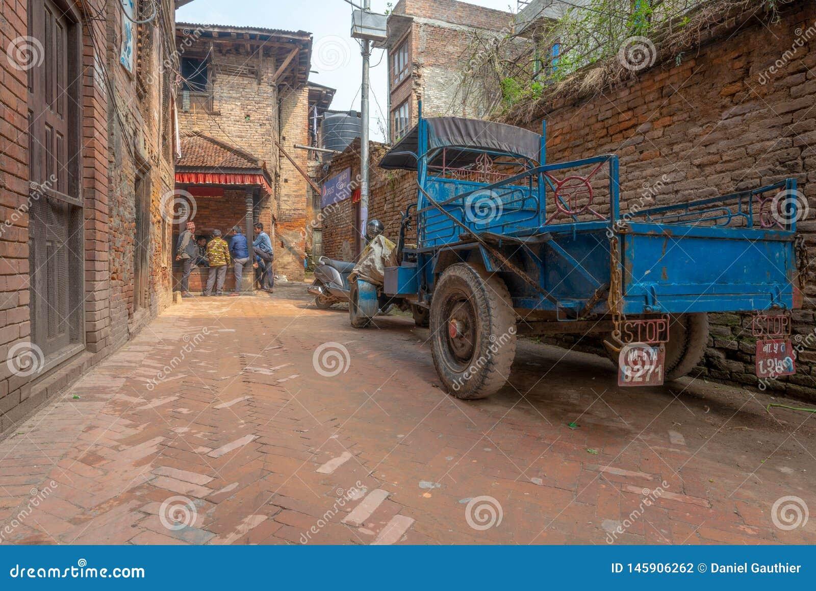 Mężczyzna karty do gry i stara błękit ciężarówka