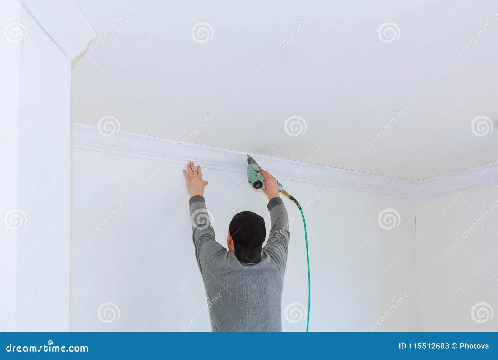 Mężczyzna konstruktor odnawi izbowego wnętrze z plastikowym formierstwem