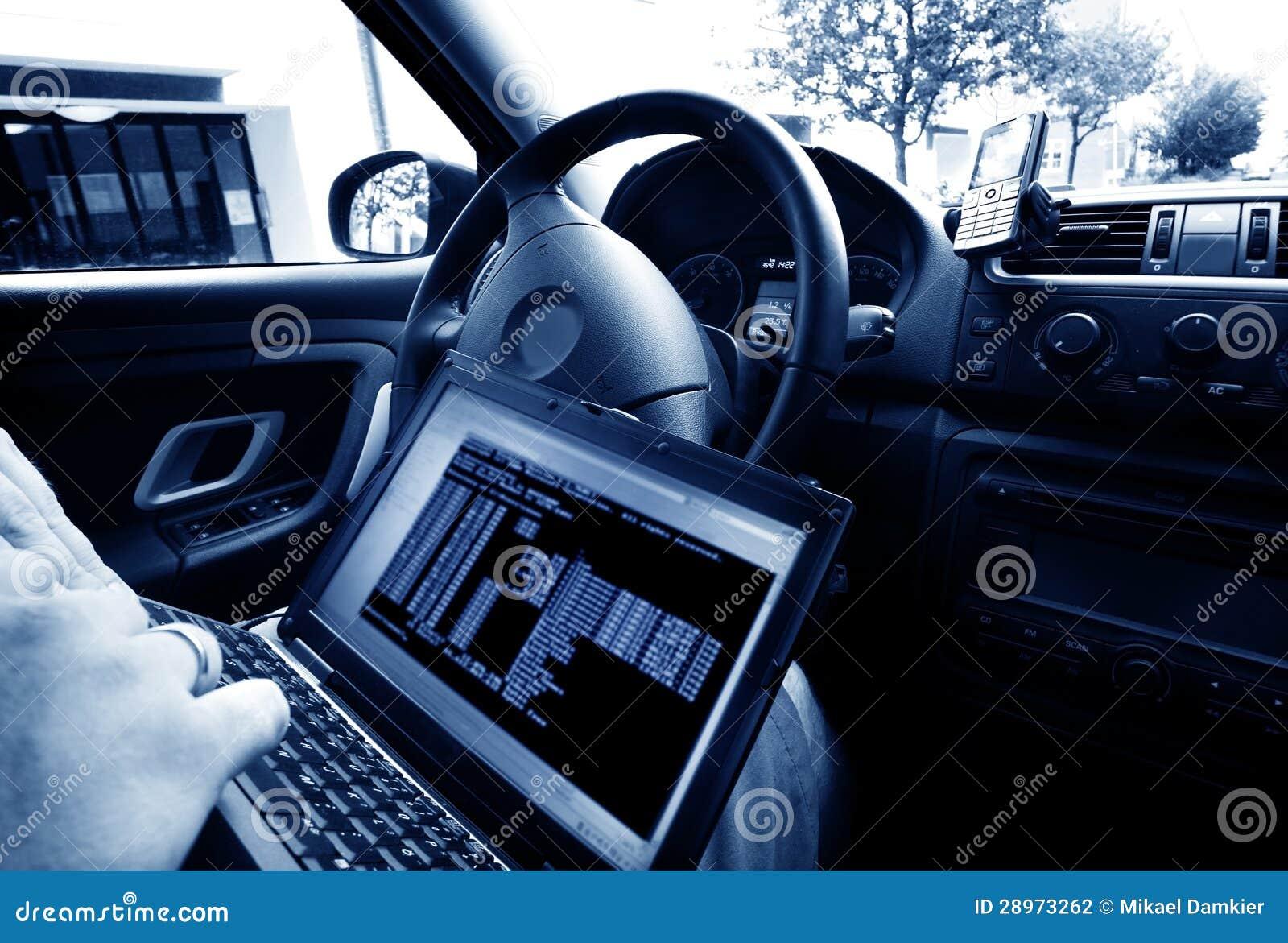 Mężczyzna kraść dane od laptopu