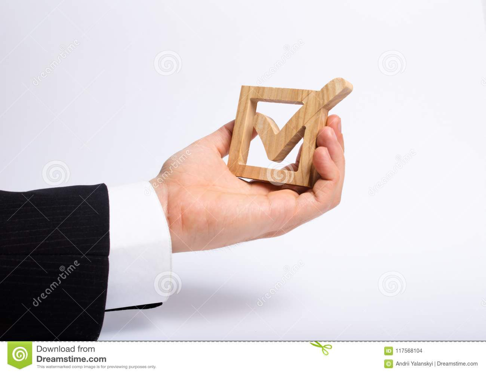 Mężczyzna który jest bezrobotny w garniturze trzyma drewnianego pudełko cwelich w pudełku Ręka trzyma drewnianego czeka pudełko