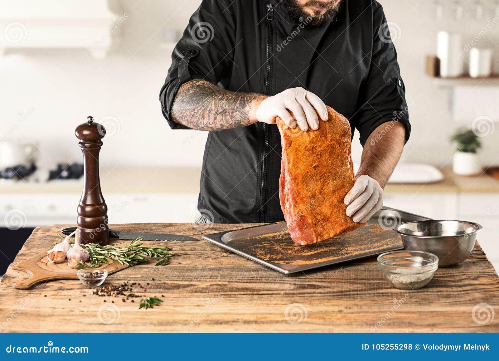 Mężczyzna kulinarny mięsny stek na kuchni