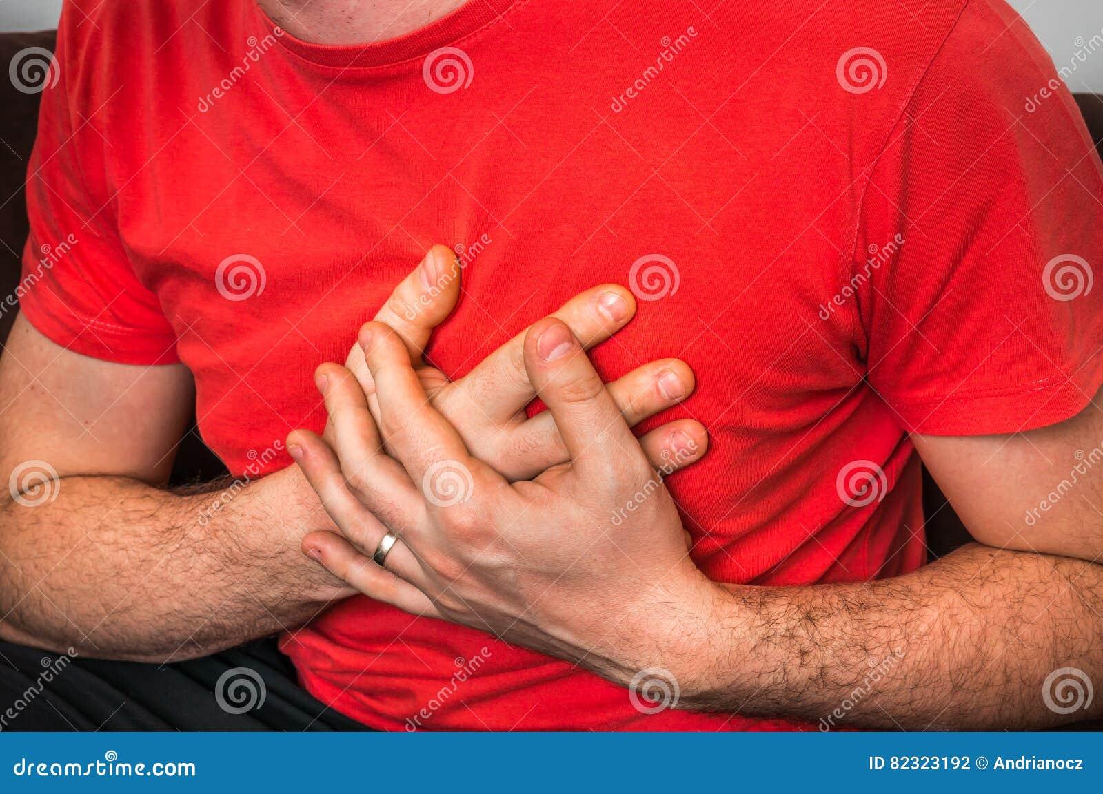 Mężczyzna ma klatka piersiowa ból, atak serca