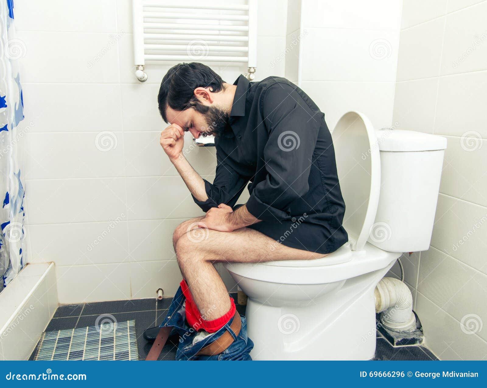 Mężczyzna ma problemy w toalecie