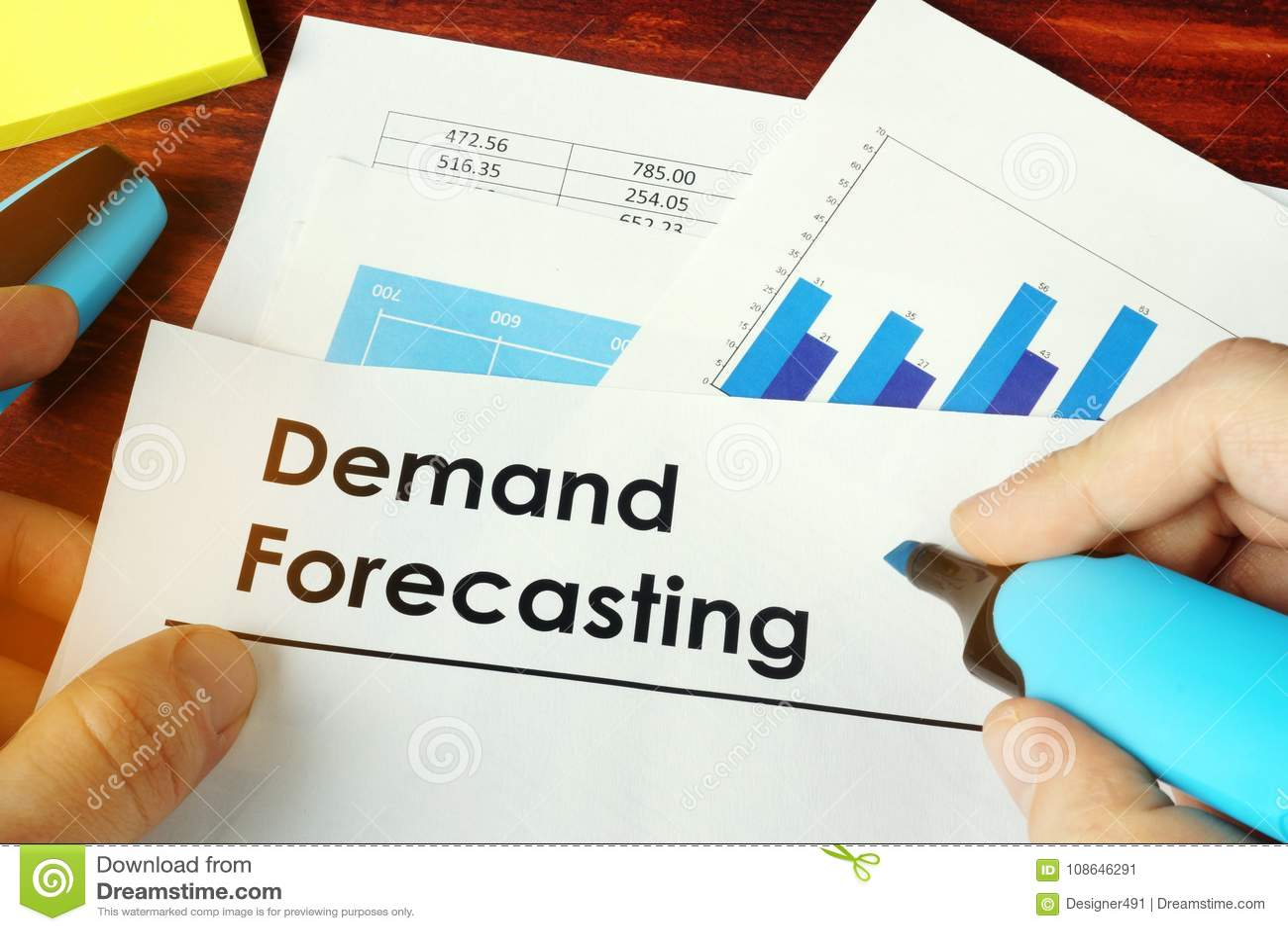 Mężczyzna mienia dokumenty z żądania prognozowaniem