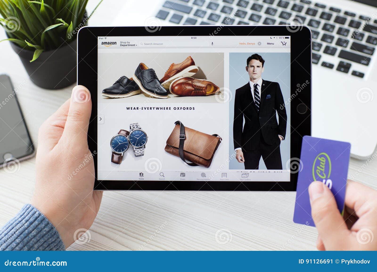 Mężczyzna mienia iPad Pro z online zakupy usługa amazonką