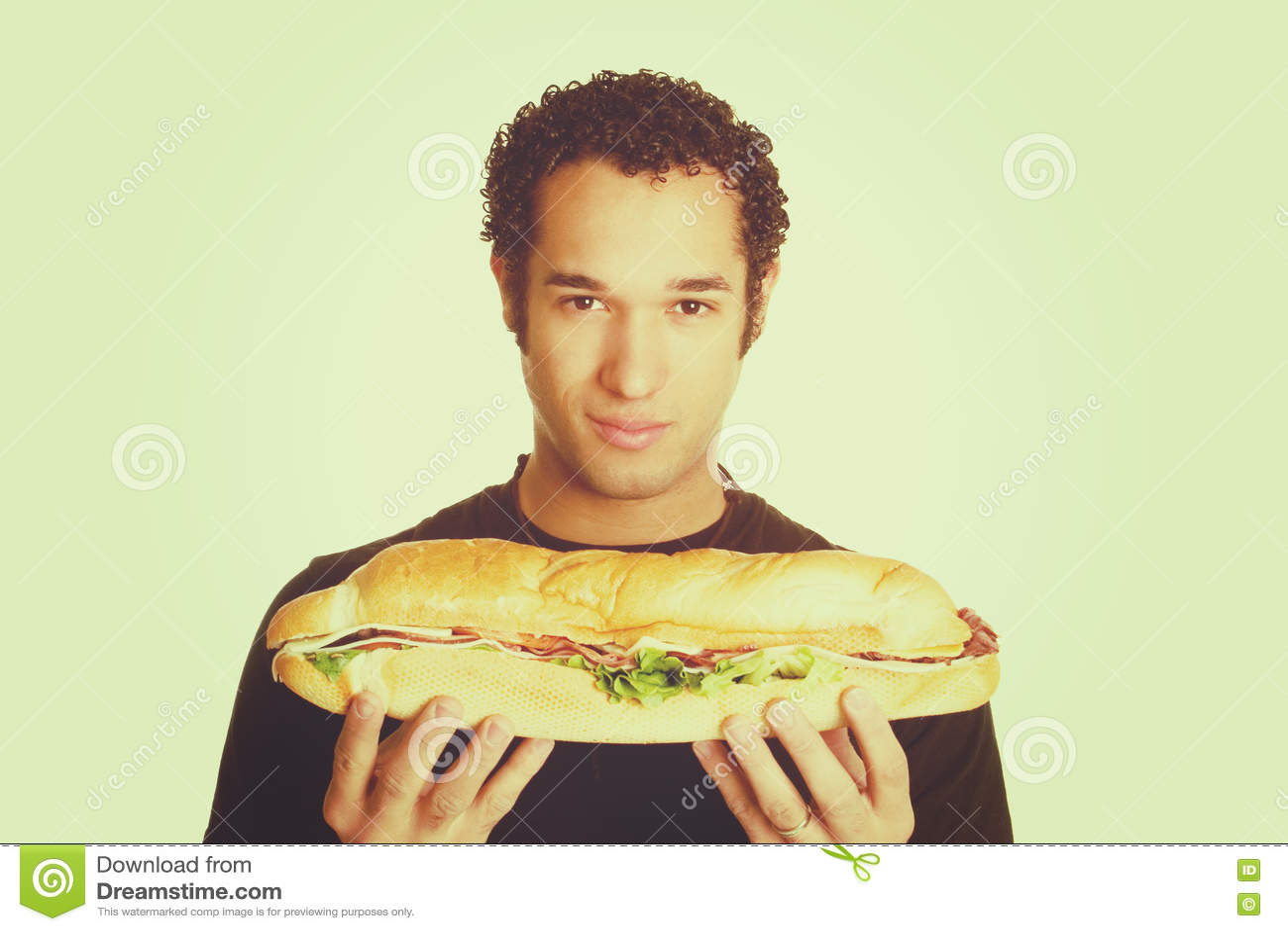 Mężczyzna mienia kanapka