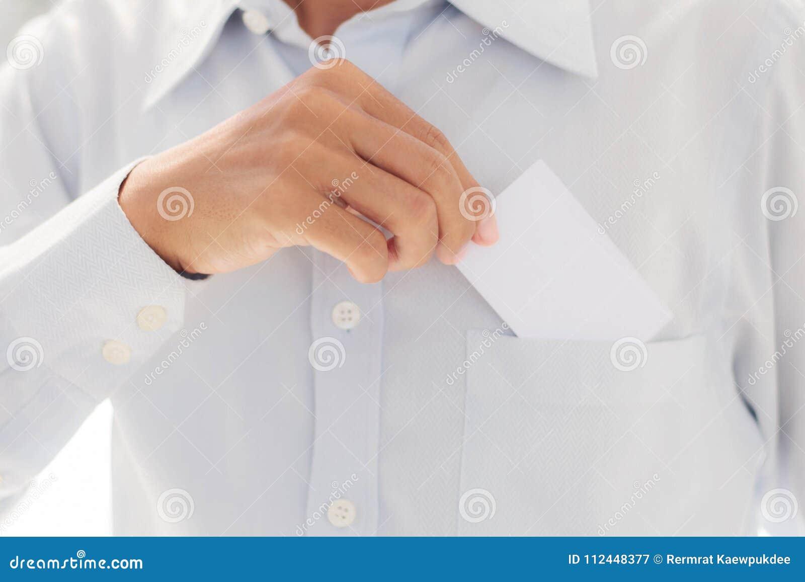 Mężczyzna mienia karta w kieszeni