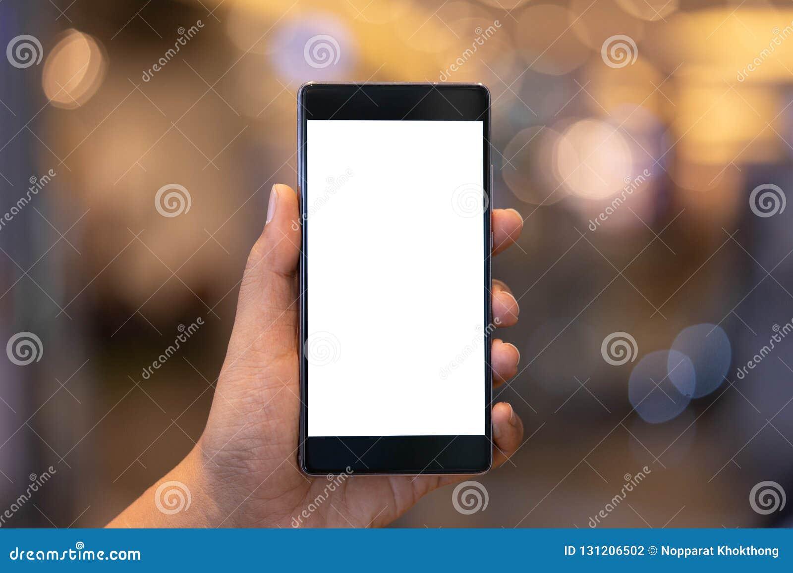 Mężczyzna mienia smartphone z pustym ekranem Bierze twój ekran stawiać