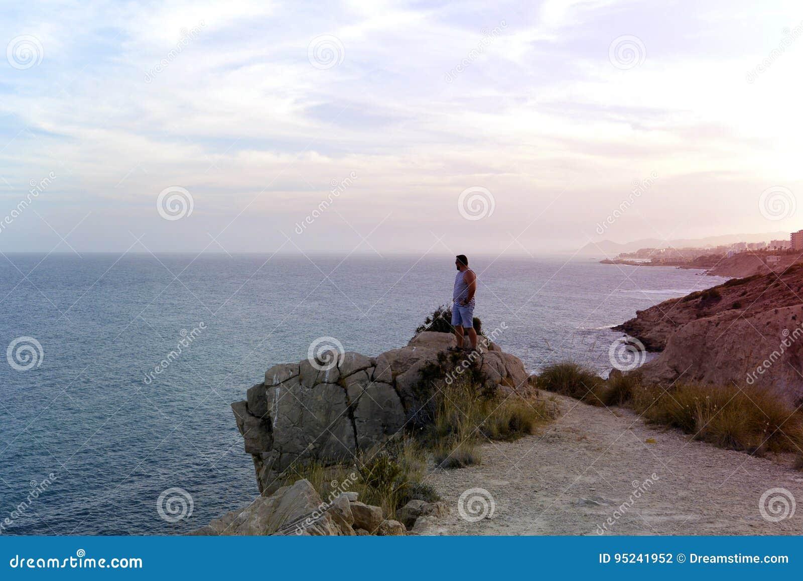 Mężczyzna na skale hiszpański wybrzeże