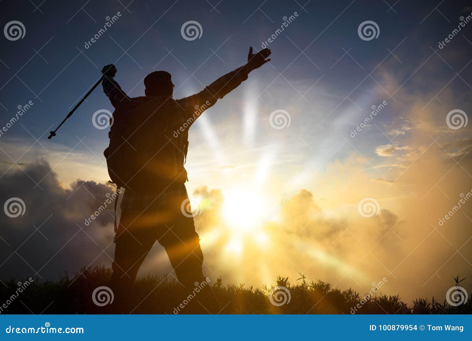 Mężczyzna na wierzchołku halny dopatrywanie wschód słońca