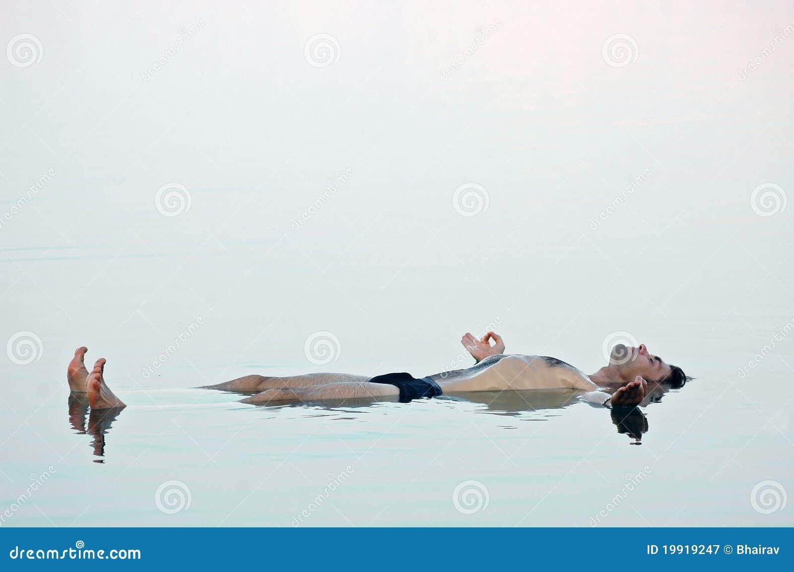 Mężczyzna nieżywa spławowa szklista woda morska